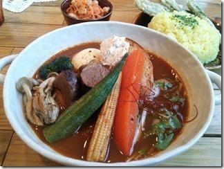 トムトムキキル 土日限定ラム肉とサワークリームオニオンのスープカレー(8番 1380円) ニンジンとひよこ豆のサラダ(100円) tomtom kikir