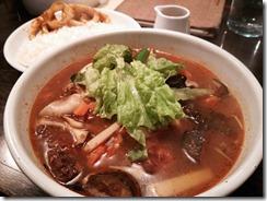 gopのアナグラ 夏スープ 揚げ鶏ときのこ(激辛 1180円) イカのトマトマサラ(380円)